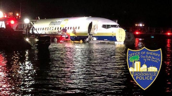 طائرة بوينج 737 تنزلق إلى نهر فلوريدا أثناء الهبوط خلال عاصفة رعدية